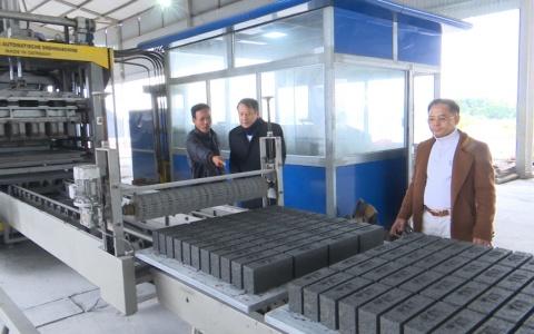 Mô hình sản xuất gạch không nung góp phần bảo vệ môi trường.